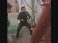 Kütükle Hayalarına Vuran Çinli