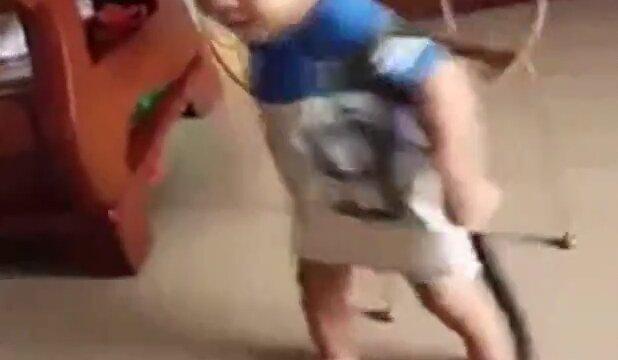 Yılanla Oyun Oynayan Minik Çocuk