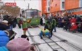 36 Ton Ağırlığındaki Tramvayı Çeken Kadın