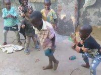 Ugandalı Çocukların Neşe Dolu Dansı