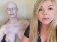 Uyuyan Arkadaşını Cansız Manken İle Trolleyen Kız
