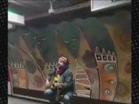 Çelik Erişçi'nin Taksim Metrosu'nda Şarkı Söylemesi