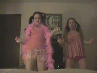 20 Küsür Yaşında Barbie Gibi Giyinen Kızlar