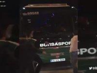 Bursaspor Otobüsüne Girerek Kavga Çıkaran Holiganların Görüntüleri (Küfür İçerir)