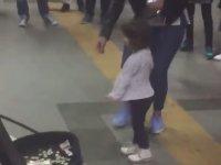 İstanbul Metrosundaki Küçük Balerin Kızdan Dans Resitali