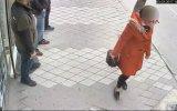 Tacizci Adamı Çanta İle Döven Kadın