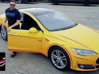 Çizgi Filmden Fırlamış Gibi 2 Boyutlu Görünen Tesla Aracı