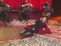 Sertab Erener'in Yatarak Konser Vermesi