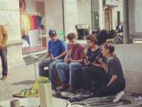 Sokakta Şarkı Söyleyen İrem Derici'yi Kimsenin Tanımaması