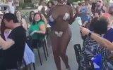 Nerdeyse Çırılçıplak Dans Ederek Para Toplayan Siyahi Kadın
