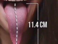 Dirseğini Yalayabilen Uzun Dilli Kadın