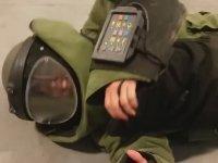 Bomba İmha Giysisi Gücünü Nişanlısına Giydirerek Test Eden Adam