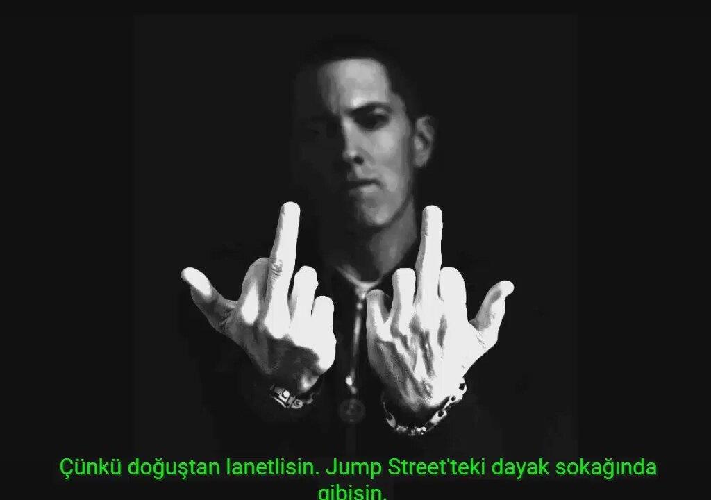 Eminem показывающий средний палец фото