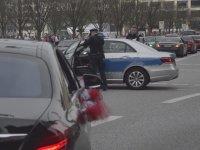 Almanya'da Düğün Konvoyunu Durduran Polisler