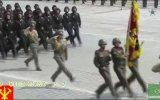 Kuzey Kore Askerlerinin Titreşimli Geçit Töreni
