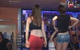 Cuma Günü Barın Üzerinde Coşan Kızlar