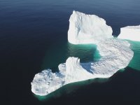Küresel Isınma Sonucu Okyanusa İnen Dev Buzul Parçası