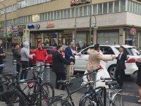 Berlin'de Düğün Konvoyunun Önünü Kesip Yol Ortasında Oynamak