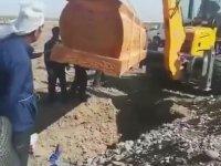 İş Makinasıyle Gömülen Tabutu Düşüren Çinliler