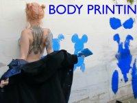 Çıplak Vücuduyla Resim Yapan Çılgın Kadın