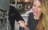 Sahibe Helen Kölesine Mama Yediriyor