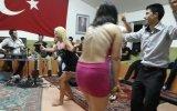 Türk Bayrağı Önünde Oturak Alemi Yapmak