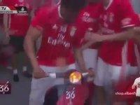 Benfica Soyunma Odasında Motosiklet Şovu