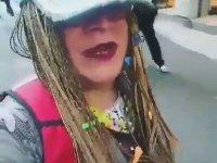 Gülşen'in Şarkısını Kendince Yorumlayan Travesti