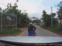 Yoluna Çıkan Yılanı Öldürüp Sırtlayan Motorcu