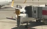 Uçağın Camını Adeta Bir Minibüsçü Edası İle Silen Pilot