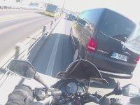Bariyerlere Sıkıştırılan Motorcunun Kendince Adaleti Sağlaması