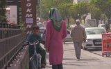 Kadın Gibi Giyinip İnsanları Trollemeye Çalışan Yutubır