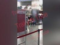 Atatürk Havalimanı'nda Tuvaletini Yapan Kadın