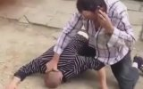 Sigara İçip Telefonla Konuşurken Kavga Eden Adam