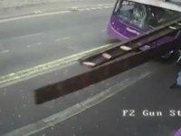 Otobüs Çarpan Adamın Ayağa Kalkıp Bara Girmesi