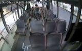 Şoföre Sinirlenip Otobüsü Taşlayan Kadın Yolcu