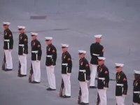 Amerikan Askerinin Tören Şovu!