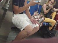 Metroda Köpeğini Dövüp Isıran Aşırı Rahatsız Kadın