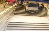 Kadın Sürücünün Otopark Zannettiği Binaya Arabayla Dalması