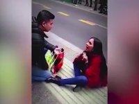 Kadının Erkek Arkadaşına Sokak Ortasında Evlilik Teklifi