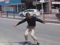 Adana'da Yol Ortası'nda Dans Eden Adam