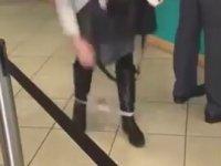 ATM'de Külodunu Düşüren Kadın
