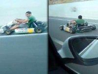 Karayolunda Araçlara Kafa Tutan Go-Kart Sürücüsü