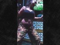 Nez'in Kıvrak Dansını Gören Hayranının Üstünü Başını Parçalaması