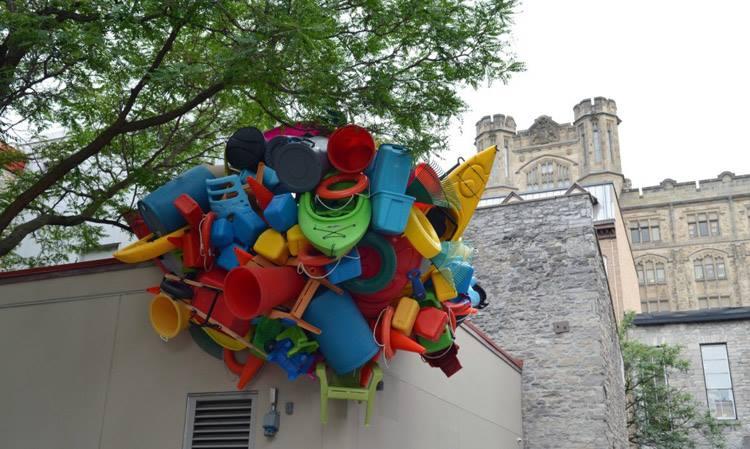 Sokaklara, Bina Duvarlarına Renkli Plastik Objelerle Aşırı Tüketime Dikkat Çekmek