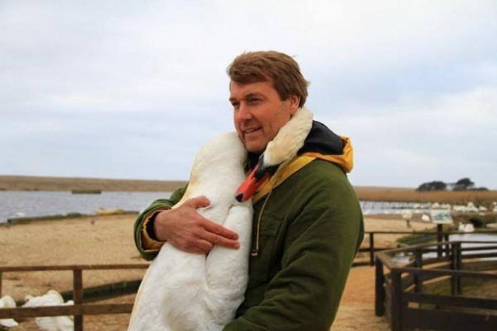 Hayatını Kurtardığı Adama Sarılarak Teşekkür Eden Kuğu