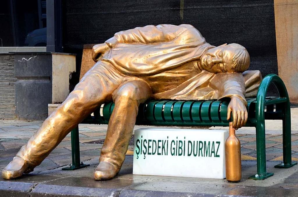 Eskişehir'de Barlar Sokağı'na Sarhoş Adam Heykeli