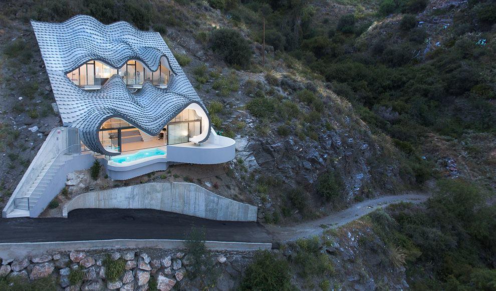 Dalgalı Çatısı ve Gözleri ile Dünyanın En İlginç Evi