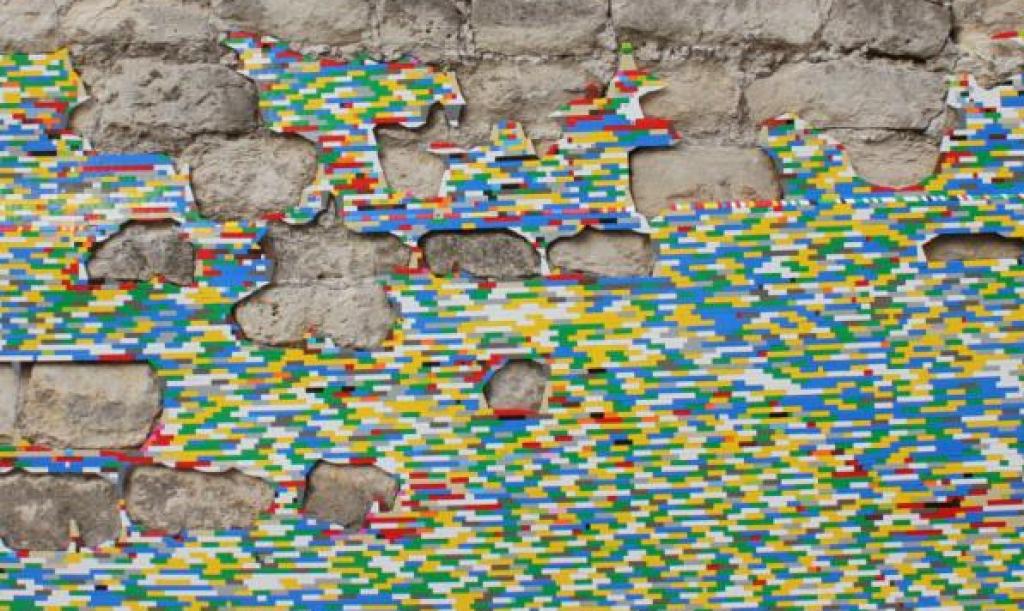 Sanatçı Jan Vormann Sayesinde Legolar Sıradan Tuğla Duvarları İşgal Ediyor