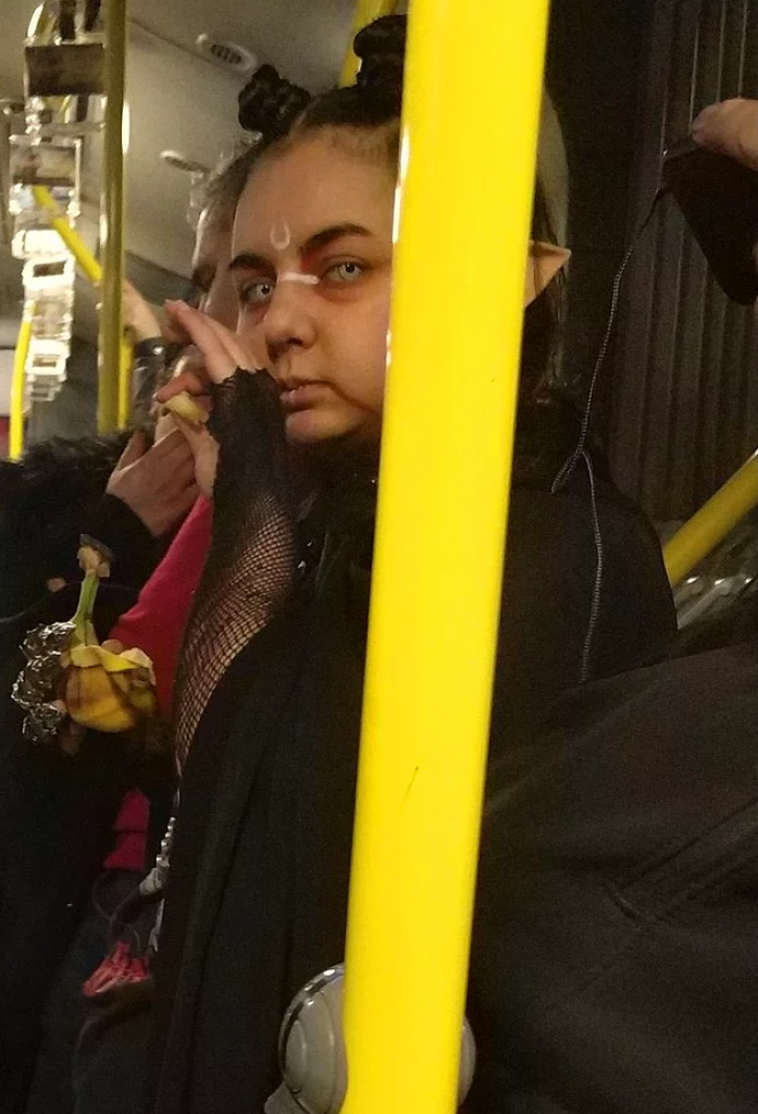 metrobüs, şeytan, kız, istanbul